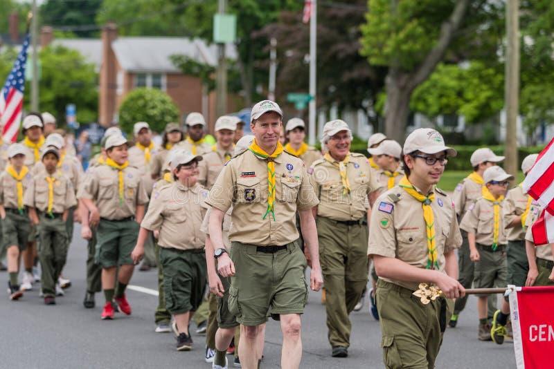 Les scouts de garçons en uniforme des membres des Etats-Unis marchent dans la formation photos stock
