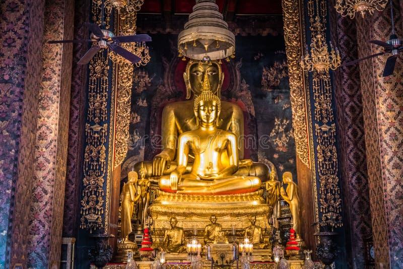Les sculptures d'or d'un Bouddha assis de Wat Bowonniwetwiharn Ratchaworawiharn photos stock