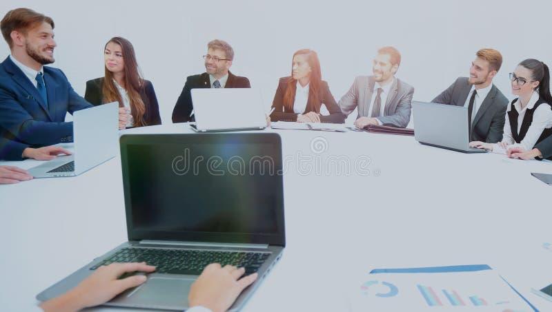 Les secrétaires des associés ont ouvert un carnet et ont préparé images libres de droits