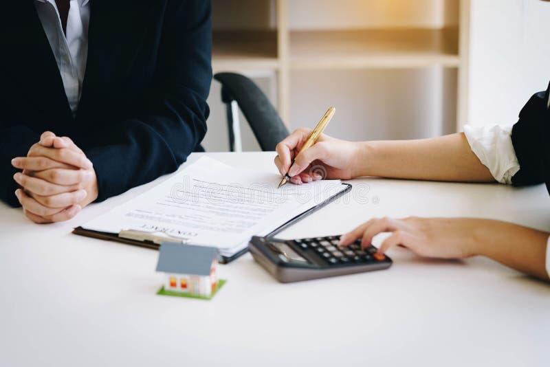 Les services d'immobiliers pour la maison de achat tient la calculatrice pour le calcul photos libres de droits