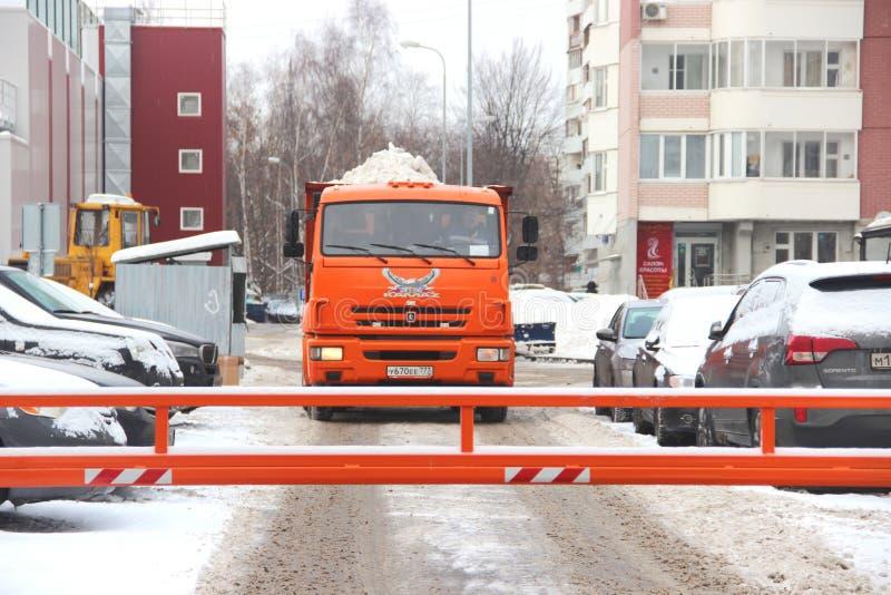 Les services de ville équipement spécial de déblaiement de neige après des chutes de neige utilités urbaines photographie stock libre de droits