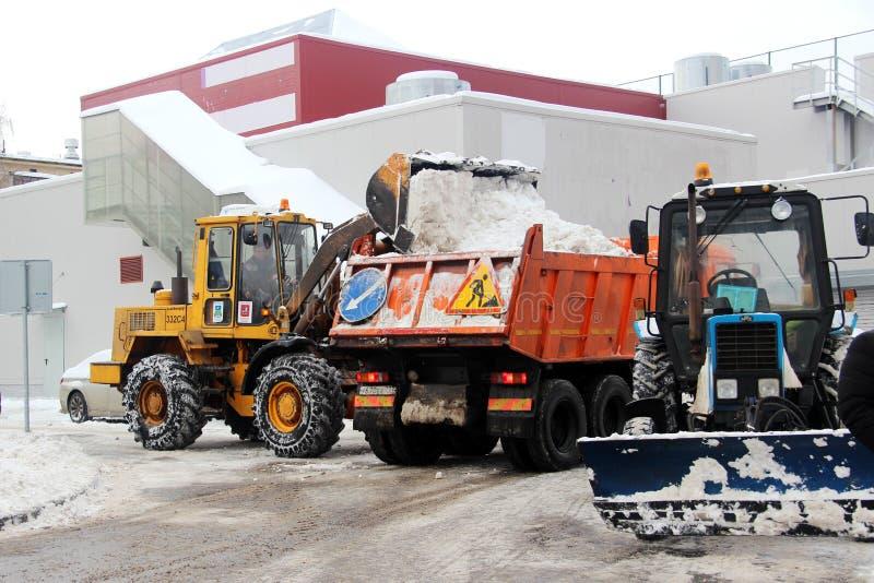 Les services de ville équipement spécial de déblaiement de neige après des chutes de neige utilités urbaines Le tracteur charge l photo libre de droits