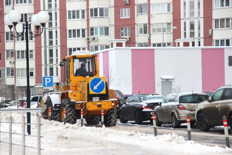 Les services de ville équipement spécial de déblaiement de neige après des chutes de neige utilités urbaines Le tracteur charge l image stock