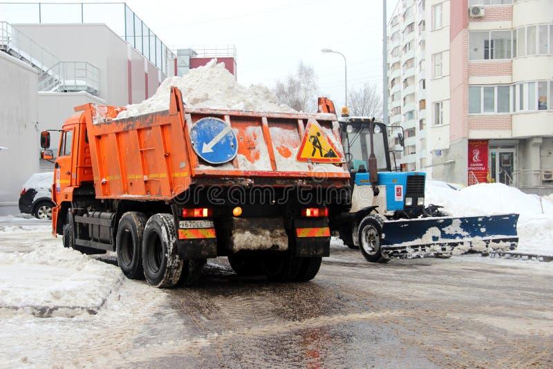 Les services de ville équipement spécial de déblaiement de neige après des chutes de neige utilités urbaines Le tracteur charge l images stock