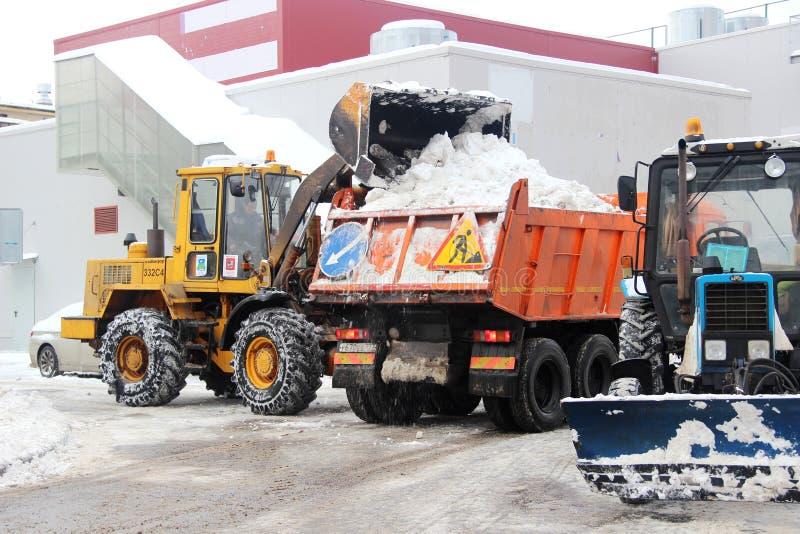 Les services de ville équipement spécial de déblaiement de neige après des chutes de neige utilités urbaines Le tracteur charge l image libre de droits