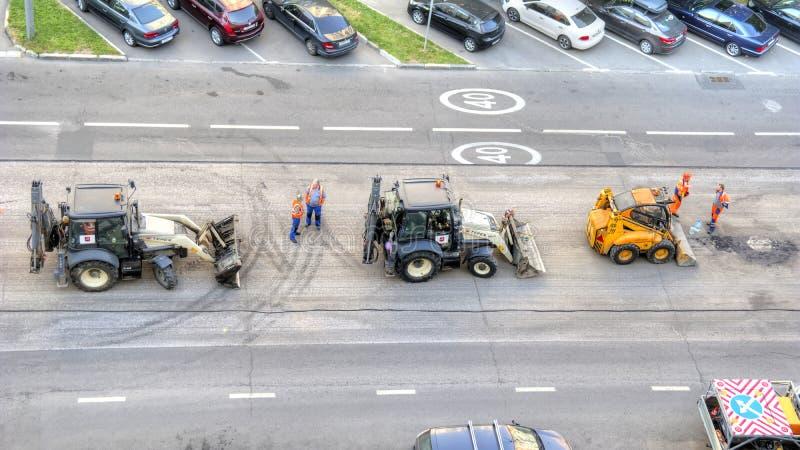 Les services municipaux réparent l'asphalte sur la route image stock