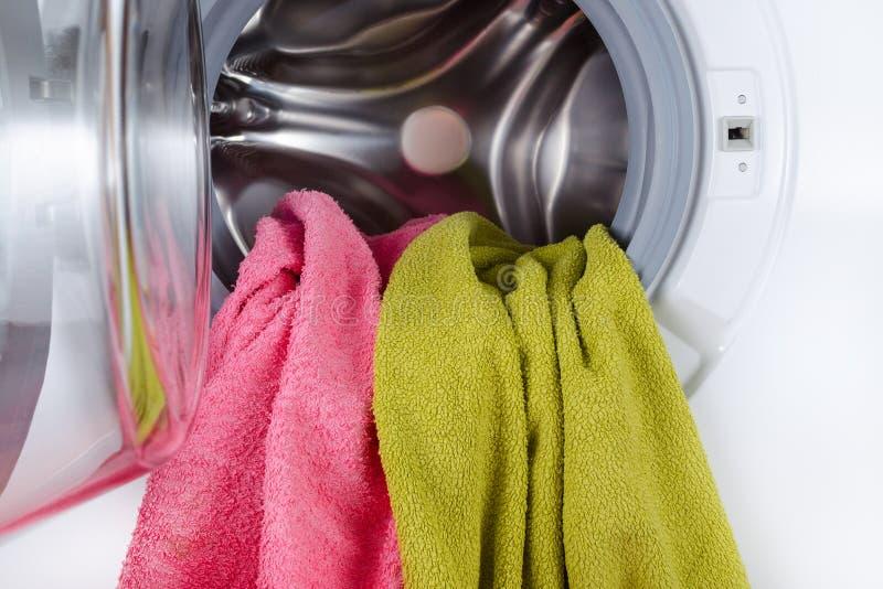 Les serviettes de couleur dans un lavage ouvert usinent le plan rapproché images stock