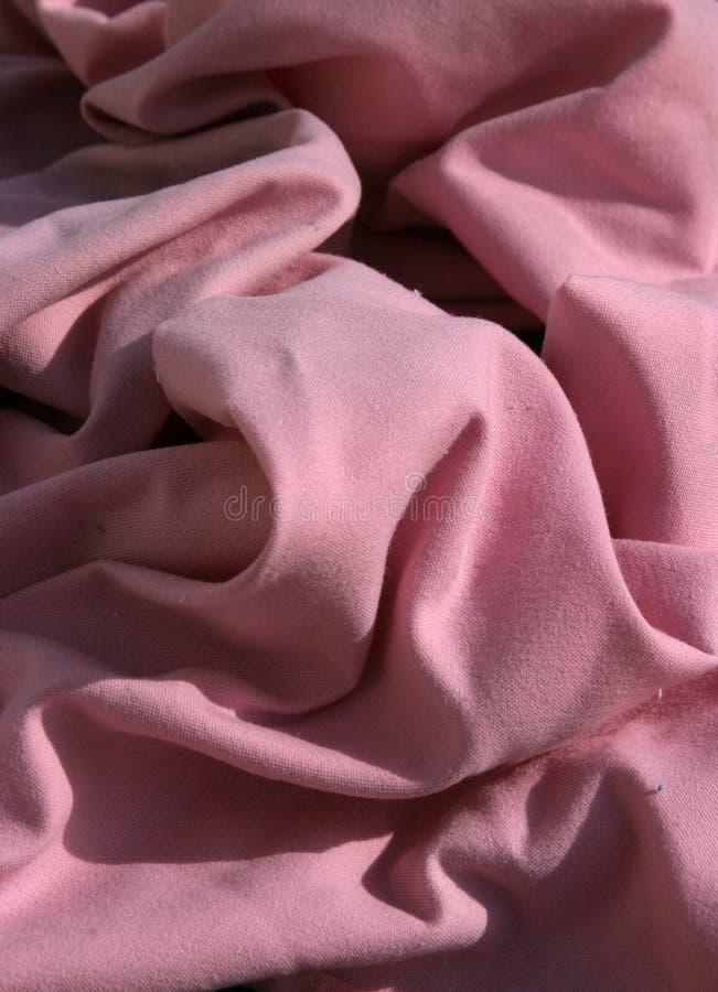 Les serviettes de table roses de tissu ont groupé vers le haut et ont ridé en masse compacte image stock