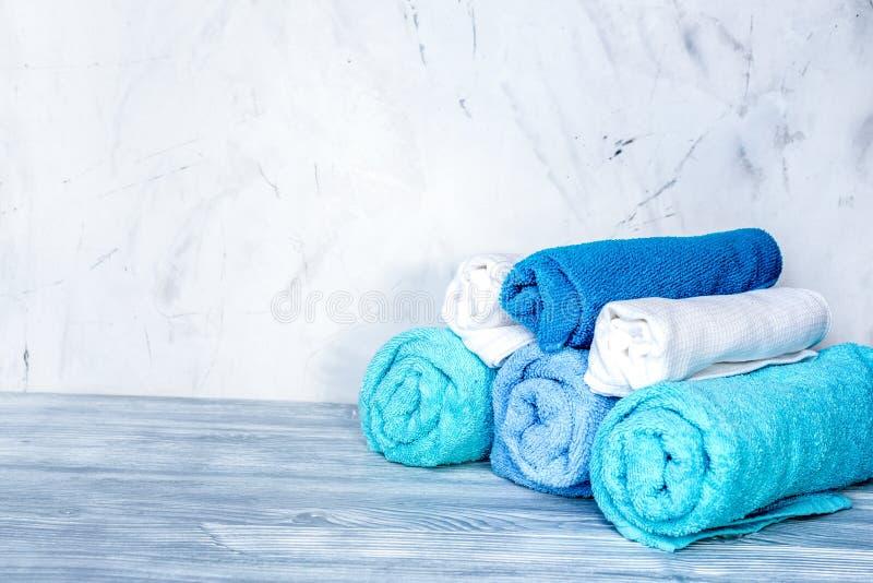 Les serviettes empilent dans le ménage réglé sur la maquette laudry de fond images stock