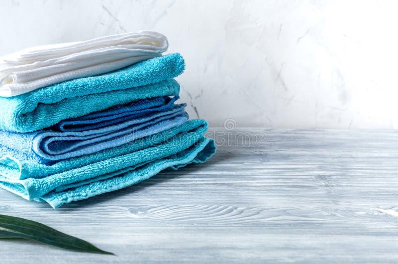 Les serviettes empilent dans le ménage réglé sur la maquette laudry de fond photographie stock libre de droits