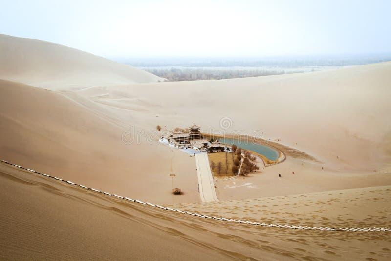 Les shan de Mingsha abandonnent et lac crescent moon à Dunhuang, Gansu, C photographie stock libre de droits