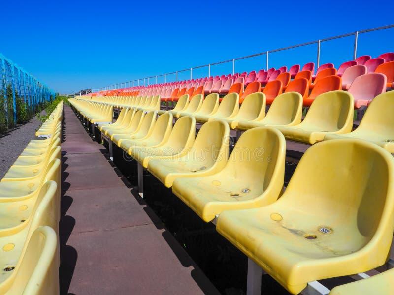 Les sièges au stade Les rangées des sièges au vieux stade photo libre de droits