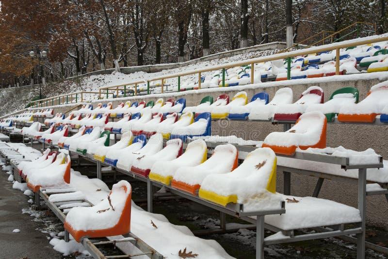 Les sièges de l'arène sous la neige images stock