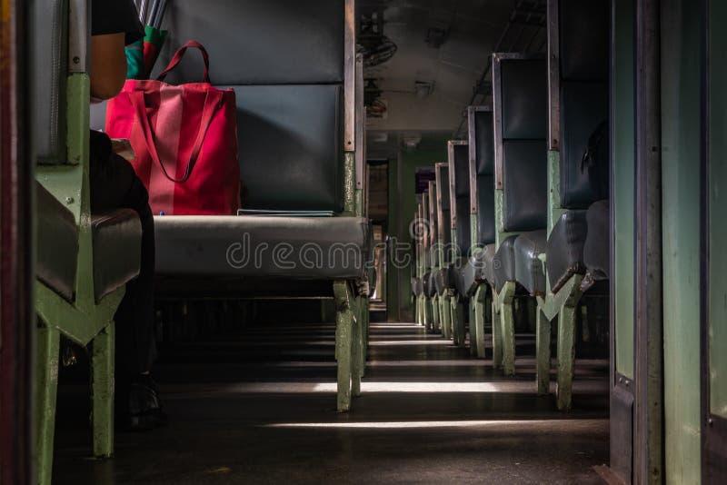 Les sièges de passager à l'intérieur du train chez Hua Lamphong Station, gare ferroviaire de Bangkok ou Hua Lamphong Station est  images libres de droits