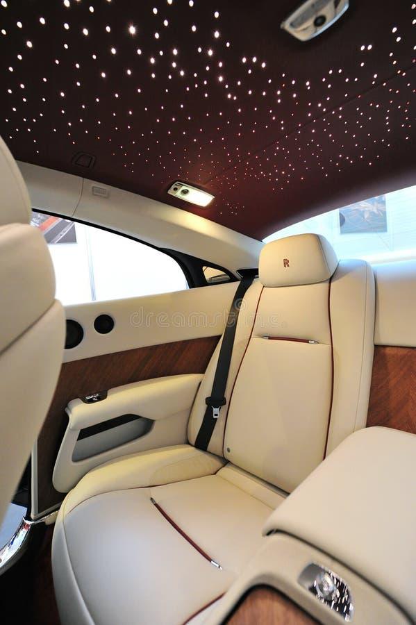 Les sièges en cuir arrière avec le plafond d'étoile de la Rolls Royce Wraith sur l'affichage pendant le yacht de Singapour montren photos libres de droits