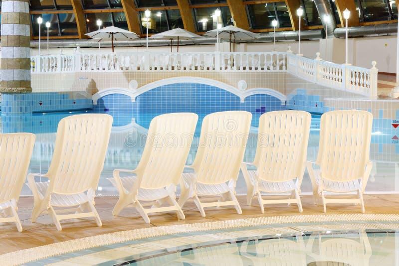 Les sièges s'approchent de la piscine dans le waterpark Caribia photo stock