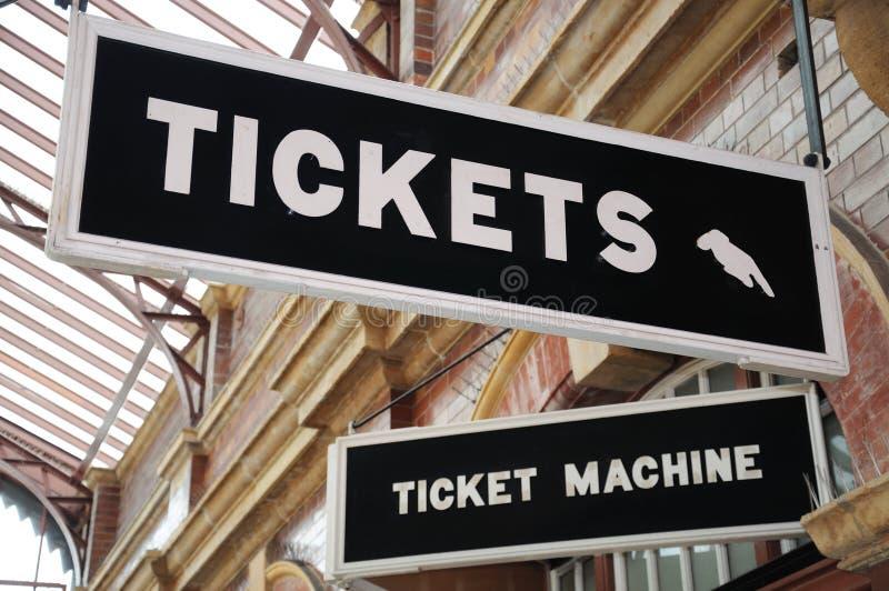 Les signes de billets, amarrent la gare ferroviaire de rue photographie stock