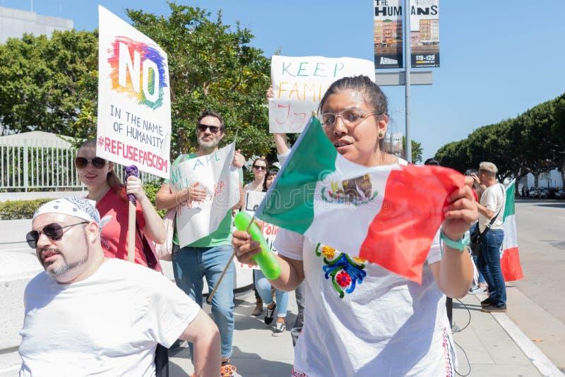 Les signes de prise d'activistes pendant les familles appartiennent ensemble marche images stock