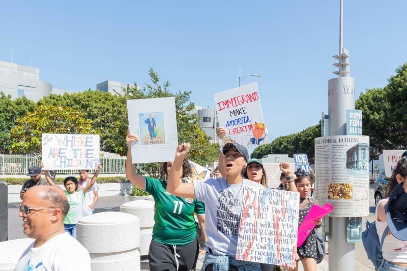 Les signes de prise d'activistes pendant les familles appartiennent ensemble marche images libres de droits