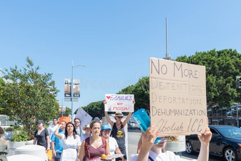 Les signes de prise d'activistes pendant les familles appartiennent ensemble marche photographie stock