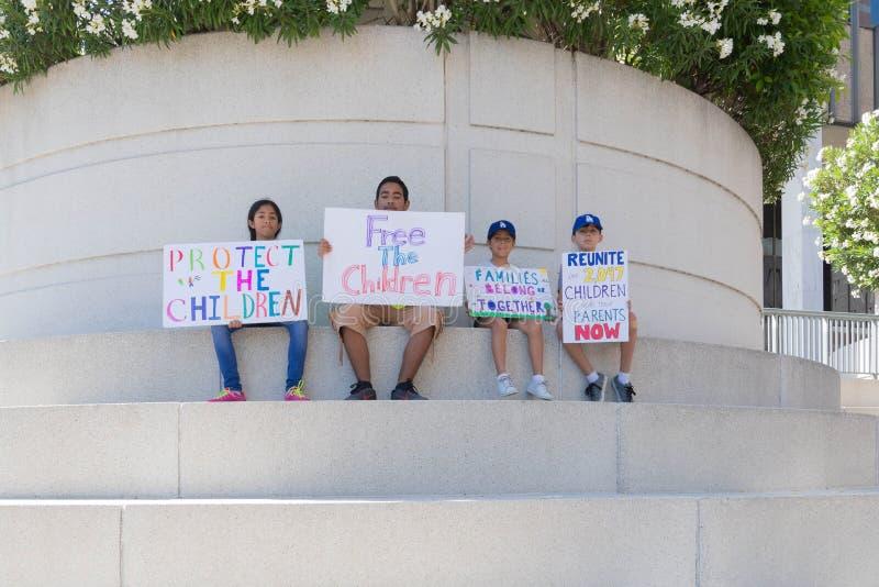 Les signes de prise d'activistes pendant les familles appartiennent ensemble marche image stock