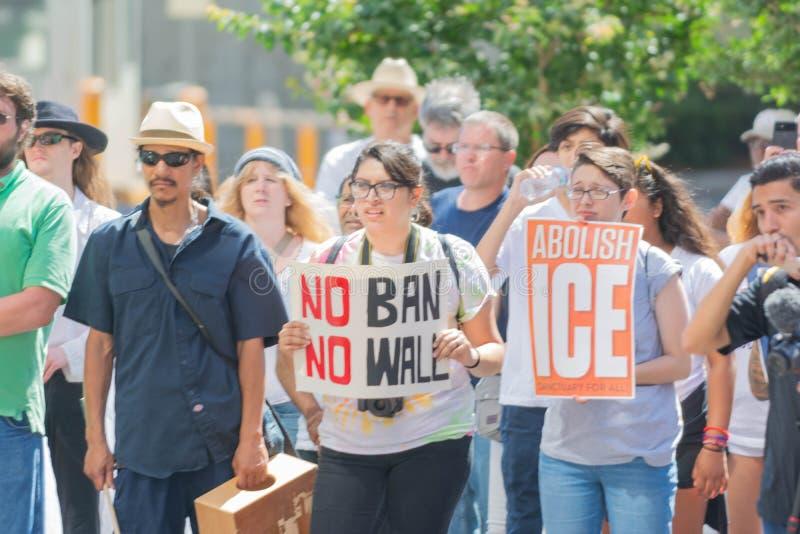 Les signes de prise d'activistes pendant les familles appartiennent ensemble marche photo libre de droits
