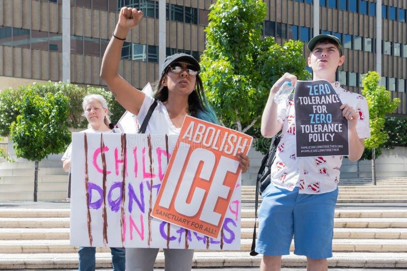 Les signes de prise d'activistes pendant les familles appartiennent ensemble marche photographie stock libre de droits