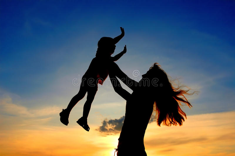 Les silhouettes enfantent et enfant sur le crépuscule photo libre de droits