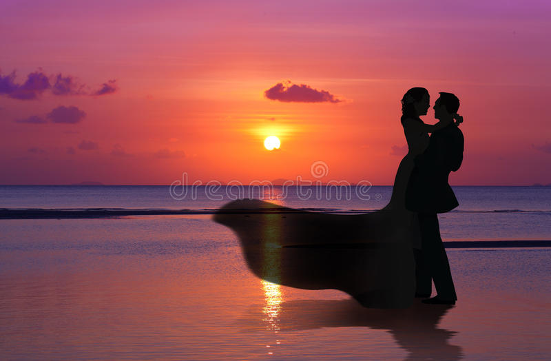 Les silhouettes ménage sur le coucher du soleil images libres de droits