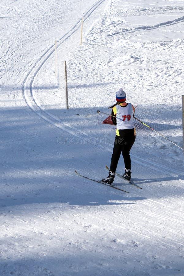 Les skieurs concurrencent au début de masse dans le ` s 20km Skiathlon d'hommes aux Jeux Olympiques d'hiver image libre de droits