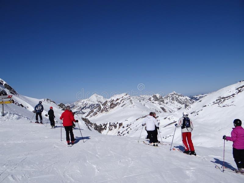 Les skieurs disposent à descendre la piste images libres de droits