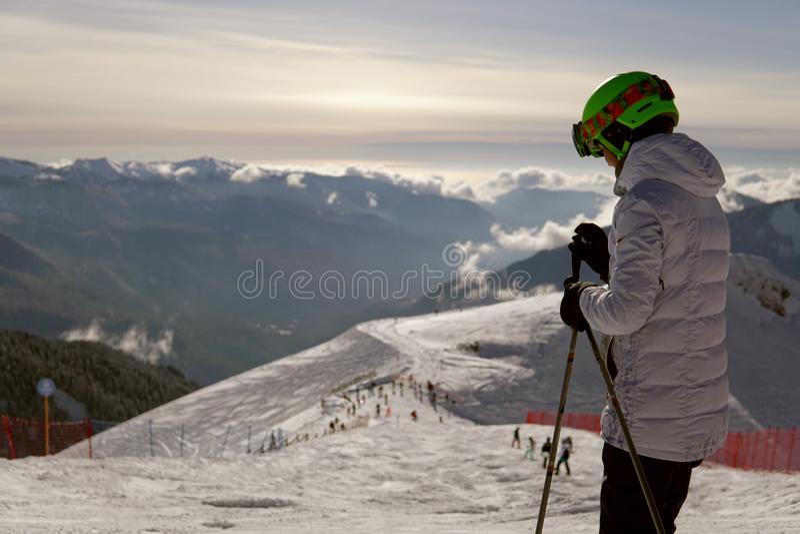 Les skieurs et les surfeurs montent sur des pentes de montagne du voyage de vacances d'hiver de station de sports d'hiver photos stock