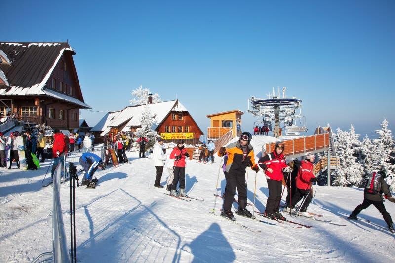 Les skieurs se préparent à la descente sur des skis photos stock