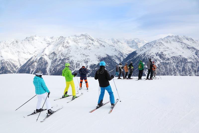 Les skieurs se préparent à la pente à l'hiver images stock