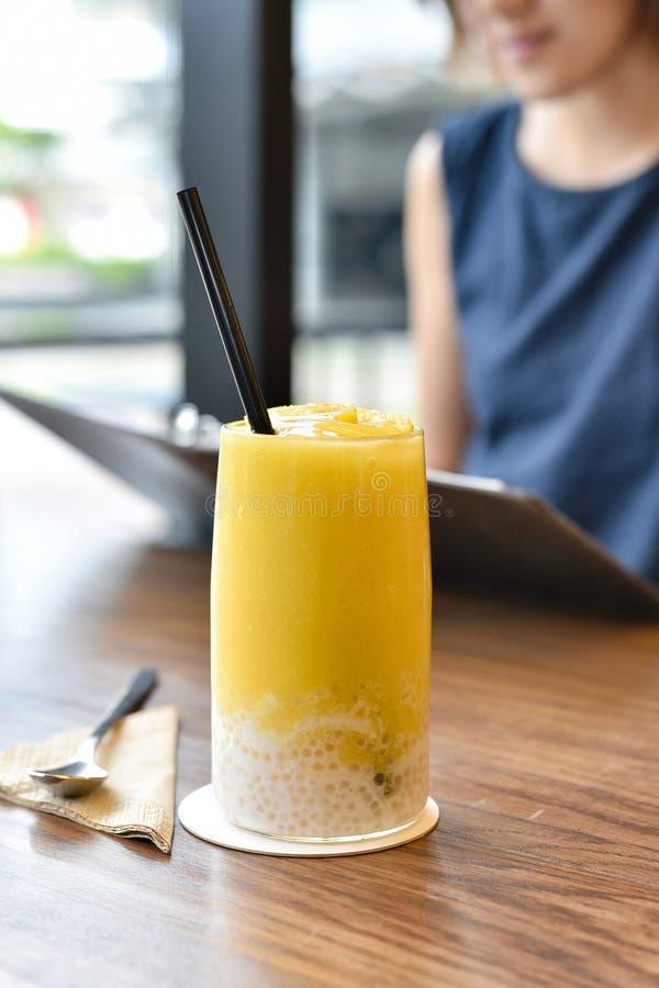 Les smoothies régénérateurs de jus de mangue boivent, dessert de fruit de mangue image libre de droits
