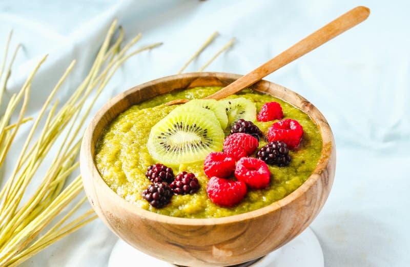 Les smoothies verts avec le spirulina roulent, les poires, les kiwis et les baies, r photo stock