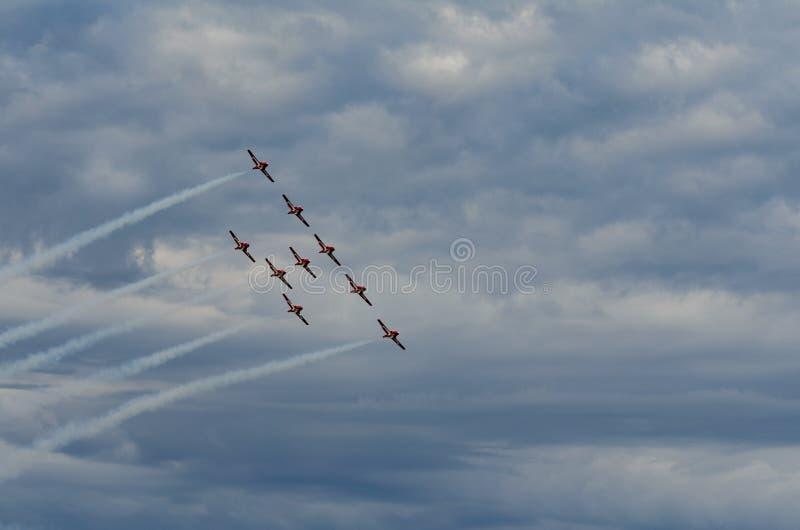 Les Snowbirds ont synchronisé les avions acrobatiques exécutant au salon de l'aéronautique photos stock
