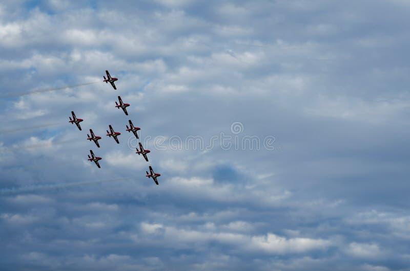 Les Snowbirds ont synchronisé les avions acrobatiques exécutant au salon de l'aéronautique photos libres de droits