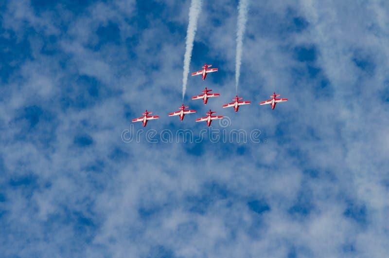 Les Snowbirds ont synchronisé les avions acrobatiques exécutant au salon de l'aéronautique image libre de droits
