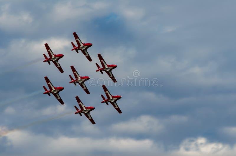 Les Snowbirds ont synchronisé les avions acrobatiques exécutant au salon de l'aéronautique photographie stock libre de droits
