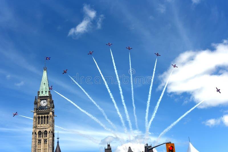 Les Snowbirds volent au-dessus de la colline du Parlement pour le jour du Canada photo libre de droits