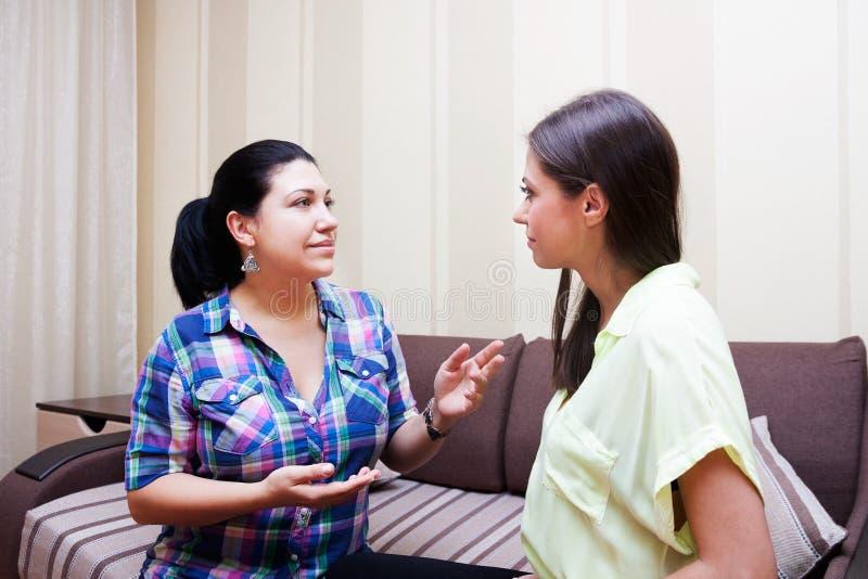Les soeurs communiquent à la maison photos stock