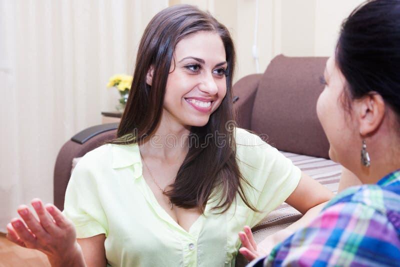 Les soeurs communiquent à la maison photo libre de droits