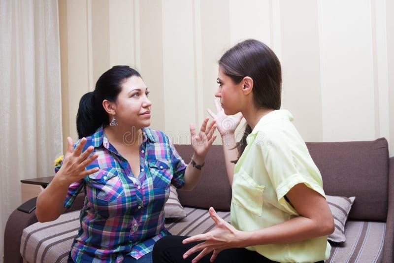 Les soeurs communiquent à la maison image stock