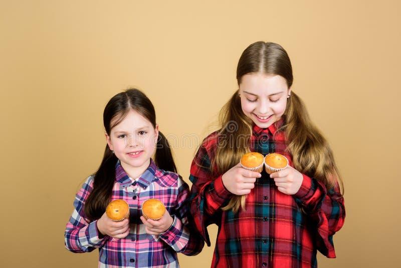 Les soeurs tiennent les petits pains cuits au four Nourriture faite maison Nutrition et calorie saines de r?gime Petits pains d?l photo libre de droits