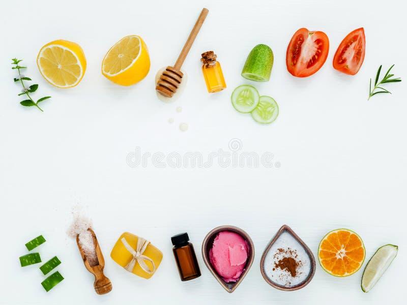 Les soins de la peau et le corps faits maison frottent avec l'aloès naturel d'ingrédients photos stock