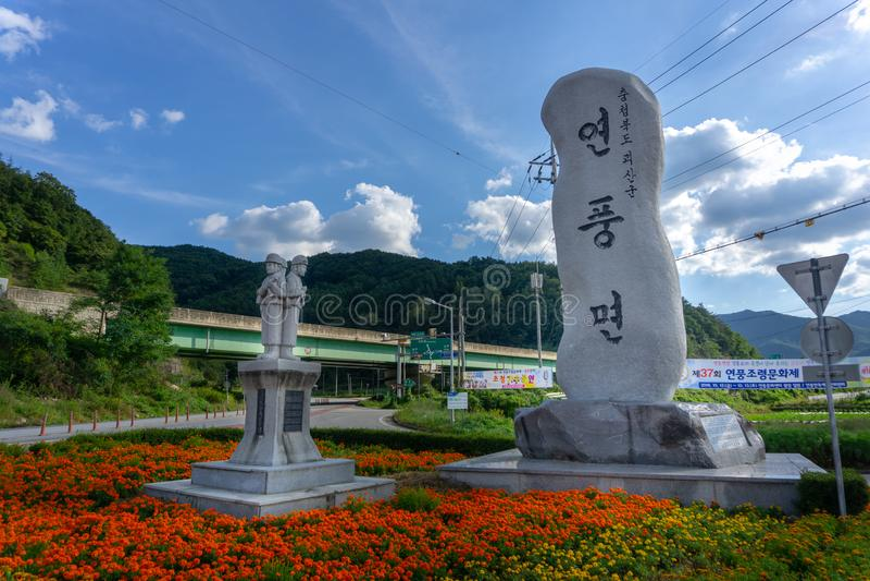 Les soldats basculent la statue et la langue coréenne découpant le monolithe images libres de droits