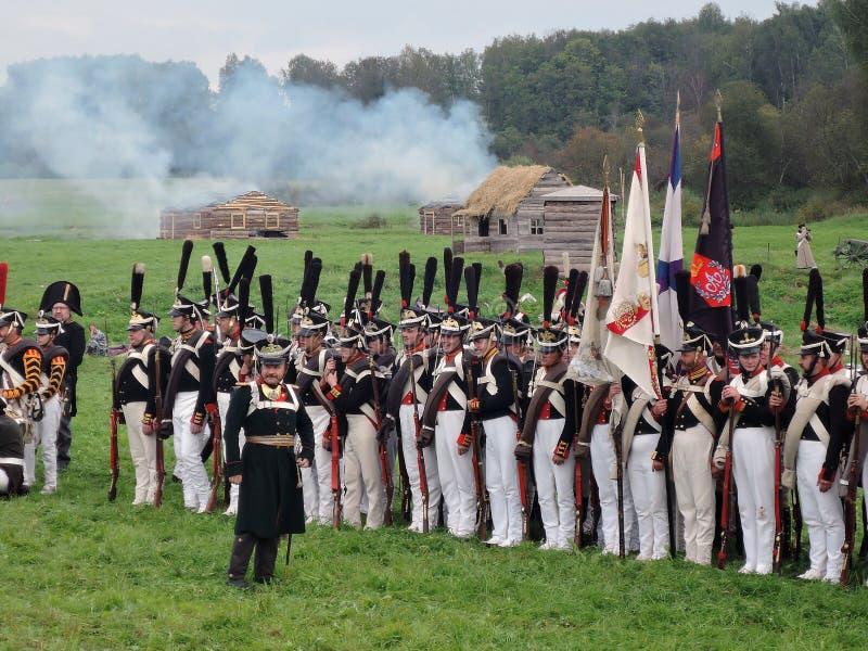 Les soldats d'armée chez Borodino luttent la reconstitution historique en Russie image libre de droits