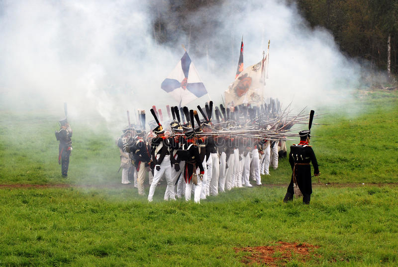 Les soldats d'armée chez Borodino luttent la reconstitution historique en Russie photographie stock