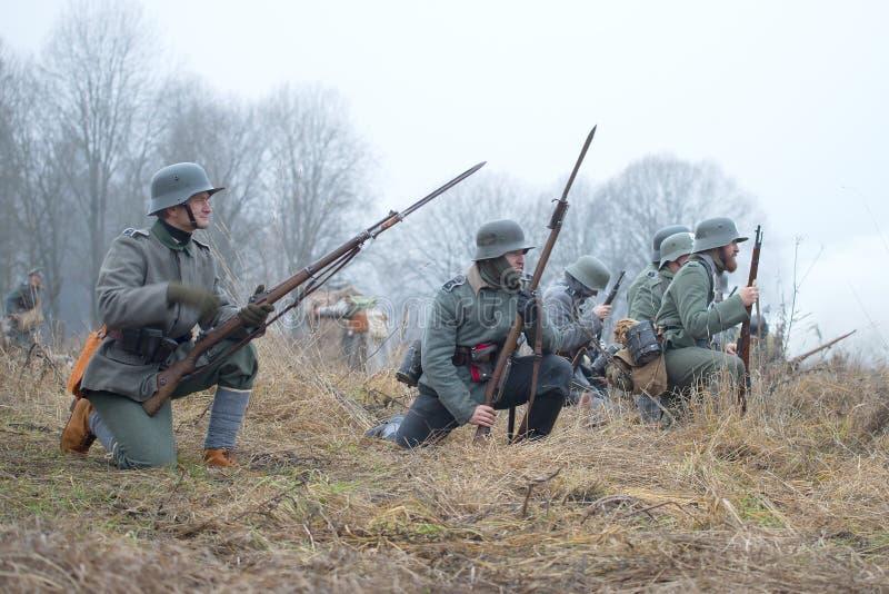Les soldats d'infanterie allemands de la période de la Première Guerre Mondiale avant l'attaque Guerre civile internationale i de photographie stock libre de droits